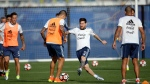Argentina's Lionel Messi, center, works against Victor Cuesta during a training session ahead of the team's Copa America soccer final against Chile, Friday, June 24, 2016, in East Rutherford, N.J. Argentina and Chile are scheduled to play for the championship Sunday in East Rutherford, N.J. (AP / Julio Cortez)